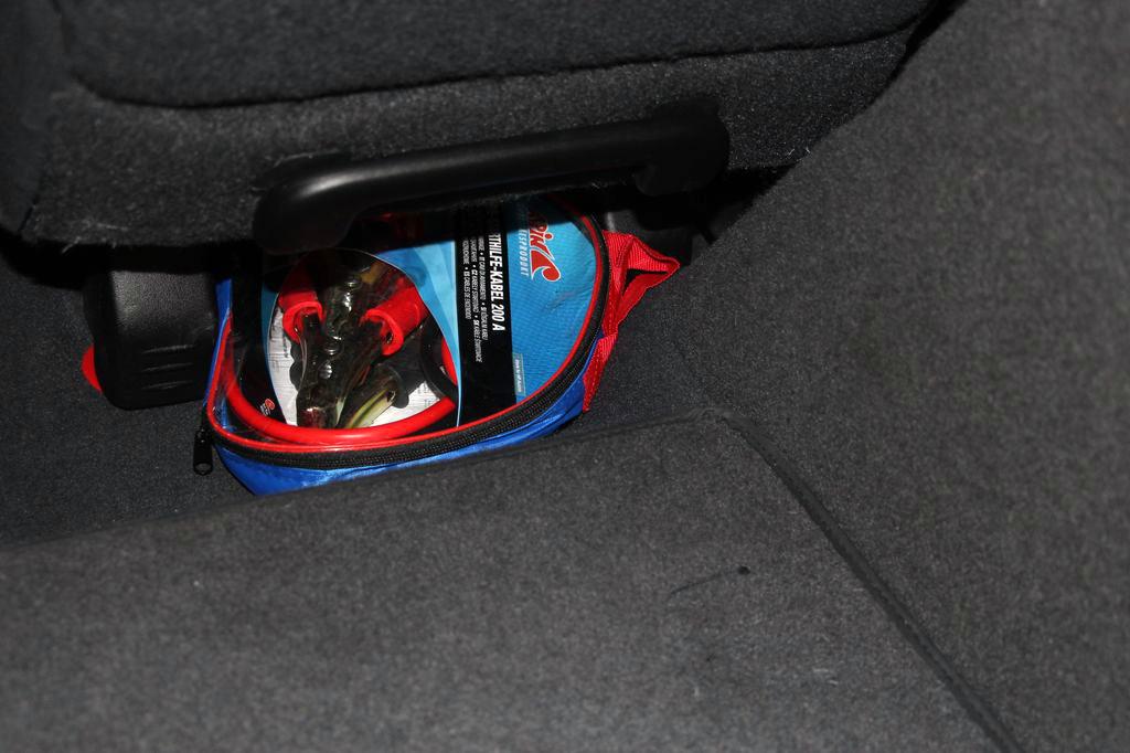 0235de229a36 ... az autós lapát elrejthető az utastér apróbb réseibe, jobb az utastérből  is elérhető rekeszekbe tenni a túlélőfelszereléseket, mint a csomagtér  aljára