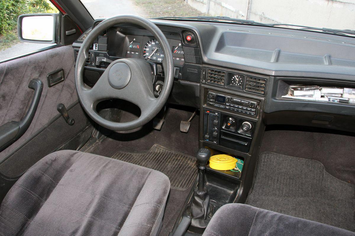 Milyen a 23 ves aut els tulajt l opel kadett e for Opel kadett e interieur