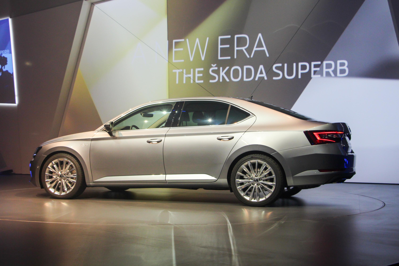 Élőben láttuk  tényleg hatalmas az új Skoda Superb – Autónavigátor.hu da5a865cba