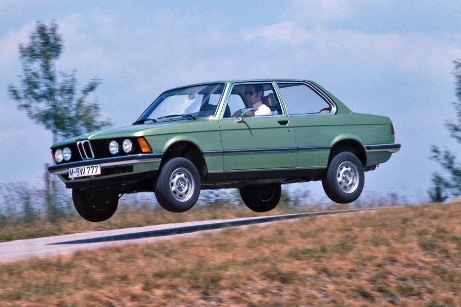 a5d411b992 Így él a köztudatban, és a BMW-nek van ám benne munkája, hogy ez így alakult.  Máig a 3-as széria a középkategóriás sportszedánok etalonja