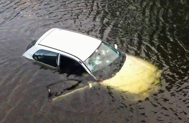Videón a lopott autó folyóba lökése