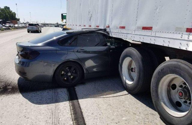 Belökte a kamion alá a BMW-t, majd elhajtott