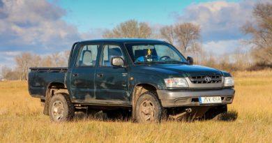 Siralmasan néz ki, mégis eladta magát  a 12 éves Toyota Hilux