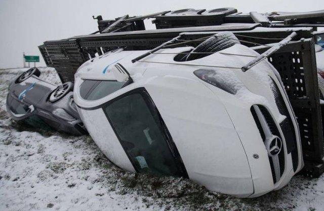 Mercedesekkel megrakott tréler borult árokba Dunaföldvárnál