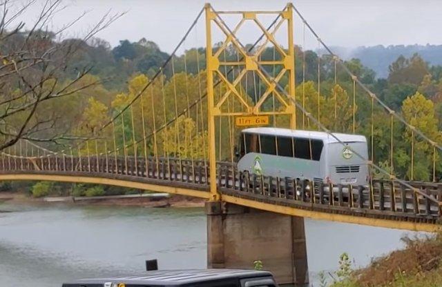 Hátborzongató, ahogy ez a busz áthajt a hídon
