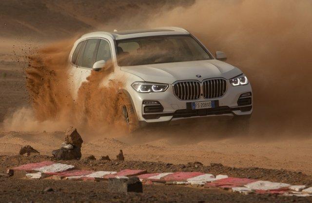 Versenypályát épített a sivatagba a BMW