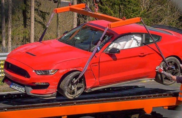 Így bontja le a szalagkorlátot egy Mustang Shelby