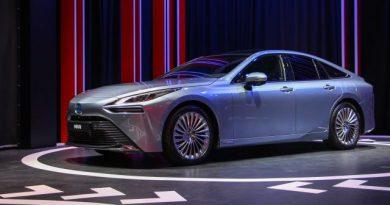 Hátul hajt és emissziómentes az új Toyota Mirai