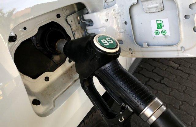 A benzin ára még pénteken is kap egy pofont