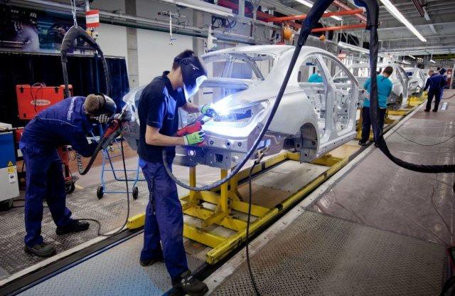Meghosszabbították a kecskeméti Mercedes gyár leállását