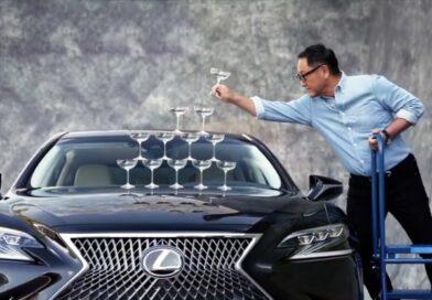 A Toyota és a Lexus első embere üvegpoharakat pakolt egymásra