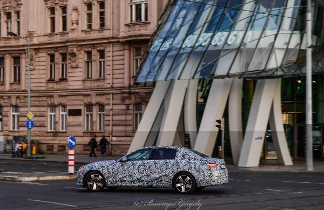 Prágában, nesztelenül suhant az álcázott Mercedes E-osztály