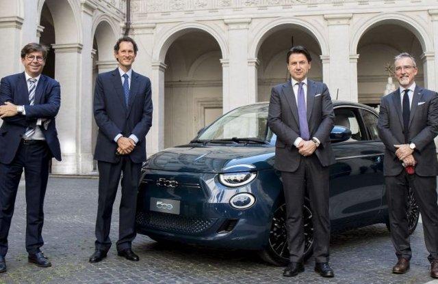 Fontos és maszkos emberek ültek az új Fiat 500-ba