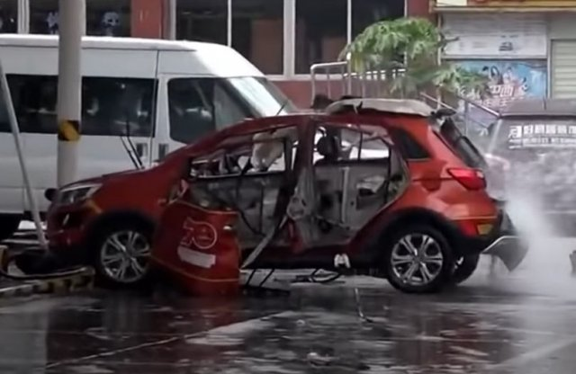 Így robban fel egy elektromos autó