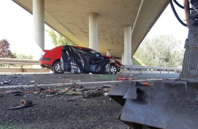 Munkagépbe rohant egy autó az M7-esen, az utas nem élte túl