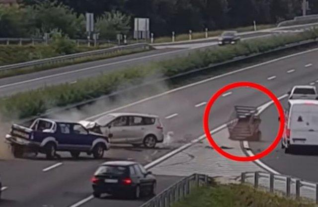 Döbbenetes balesetet rögzített a Magyar Közút kamerája!