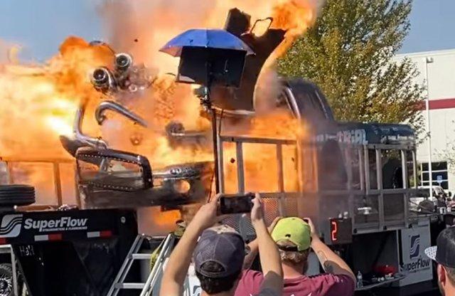 Ilyen, amikor egy 3000 lóerős pickup motorja felrobban