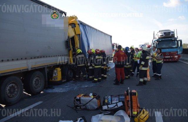 Videón, ahogyan a kamionjába szorult sofőrt kiszabadították