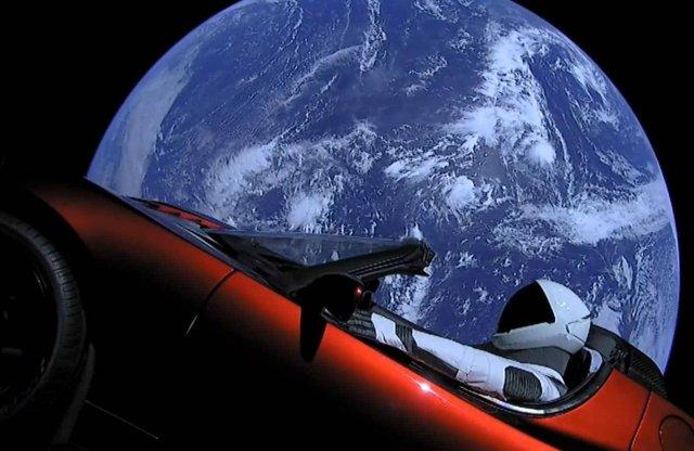 Hamarosan a Mars mellé ér az űrjáró Tesla Roadster