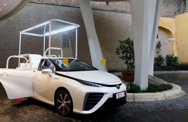 Üzemanyagcellás Toyota lett az új pápamobil
