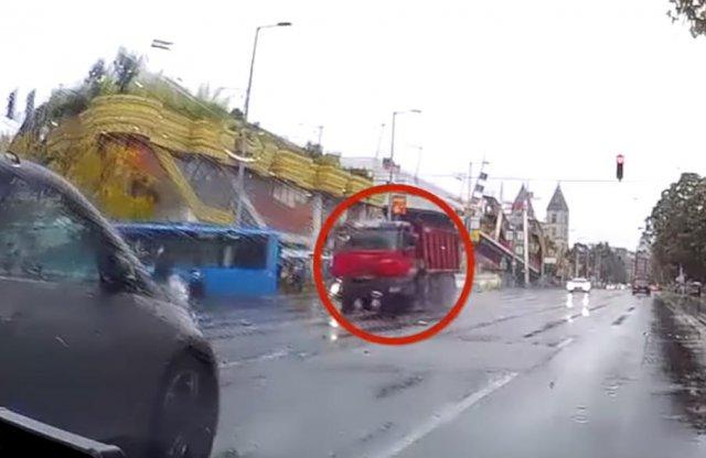 Piroson áthajtó teherautó gázolt robogóst a Váci úton
