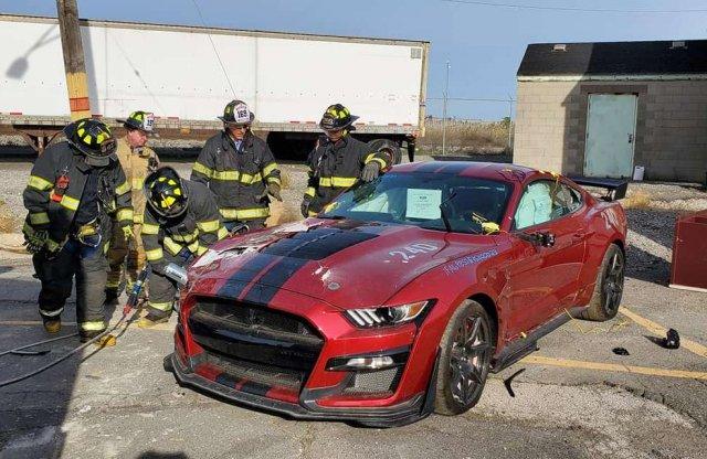 Még a tűzoltók szíve is fájt, de földarabolták ezt a Shelby-t