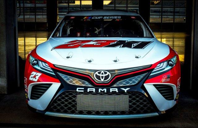 Michael Jordan belekóstol a NASCAR-ba egy Toyotával