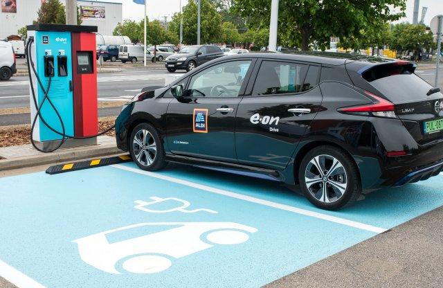 Már több mint 100 villanyautó-töltőt ad az ALDI és az E.ON
