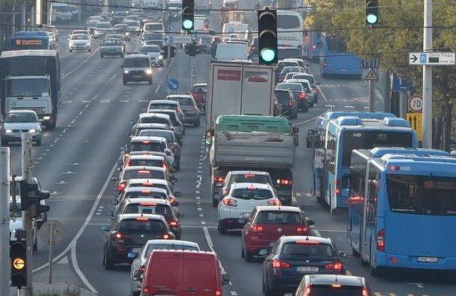 Változás az autósoknak: jövőre már a NAV szedi be a gépjárműadót