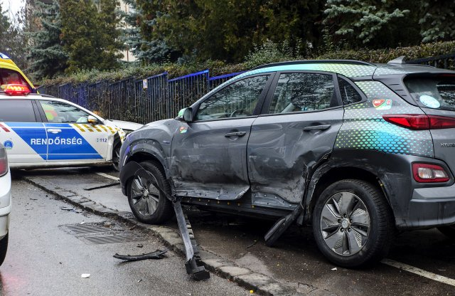 Újabb autómegosztós villanyautóval történt baleset Budapesten