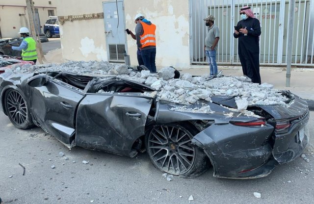 Kilapított luxusautók kerültek elő a parkolóház romjai alól