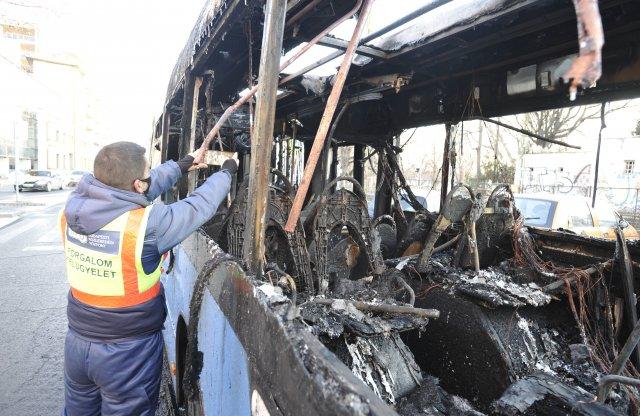 Kigyulladt egy autóbusz Óbudán, utasokat nem szállított