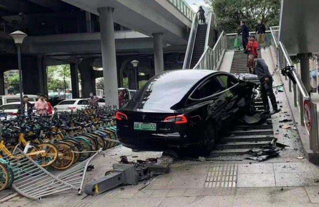 Telibe találta egy Model 3 a gyalogos felüljárót Kínában