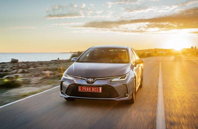 Háromhengeres alapmotort kapott a Toyota Corolla, szedánként