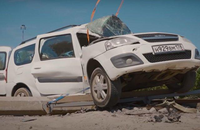 Ez történik, ha oszlopnak csapódik egy Lada emblémás Dacia!