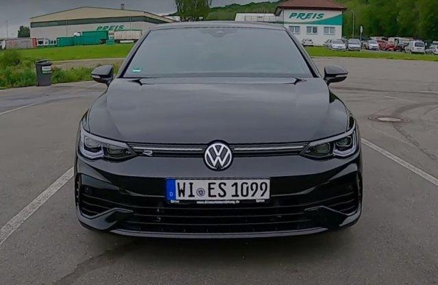 Így száguld 260-nal az új Golf R a német autópályán