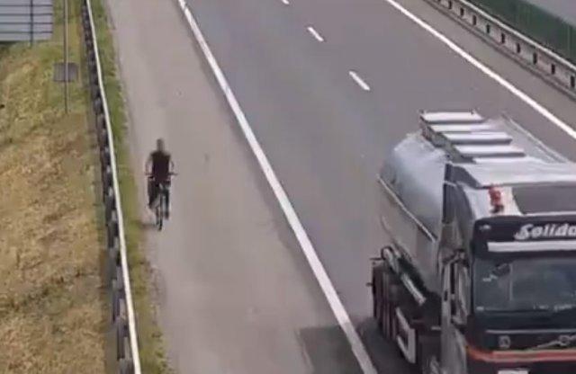 Videón a biciklisek, akik az autópályát nézték kerékpárútnak!