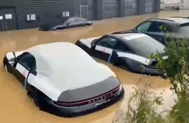 Videón, ahogy új Porschék úsznak egyet a németországi árvízben!