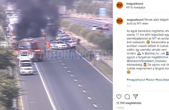 A Magyar Közút kamerája rögzítette egy autó leégését az M7-esen