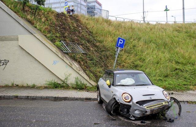 Ez a bérlés drága lesz: ittas sofőr törte meg a villanyos Minit