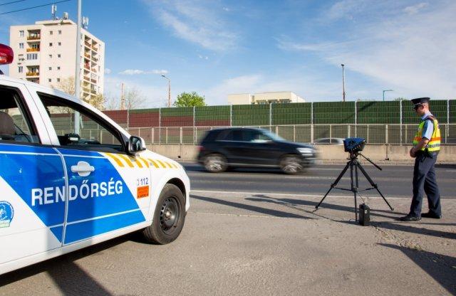 A szabályosan közlekedőknek is pontot adna a rendőrség