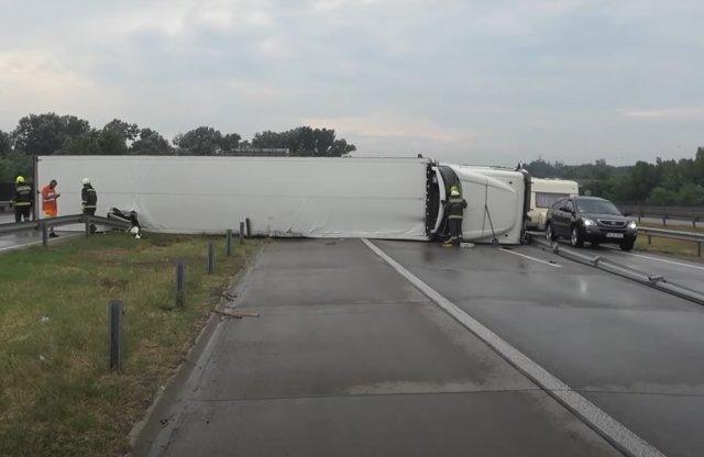 Felborult egy kamion az M0 körgyűrűn, íme a videó a mentésről!