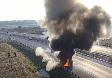 Videón az M4-es leállósávján lángokba borult autó!