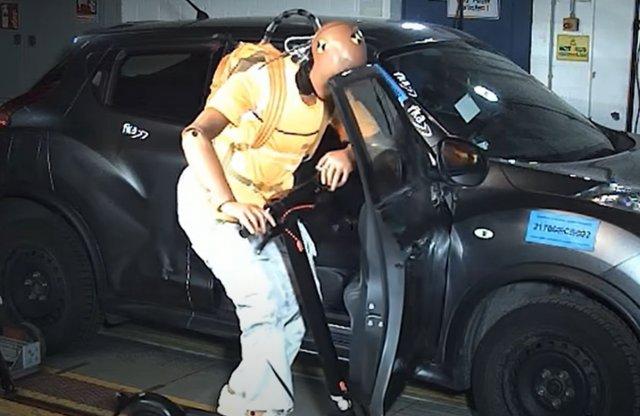 Ez történik, ha villanyrolleres ütközik autónak!