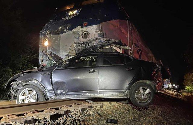 Videó: trélerrel ütközött a vonat, szanaszét repültek az autók