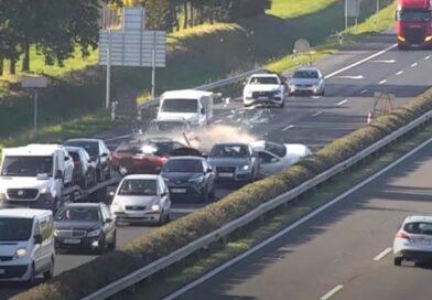 Videó: álló kocsisorba csapódott egy Renault az M1-esen