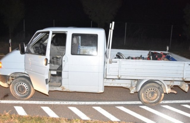 Lopni ment a lopott kocsival, de kifogyott a gázolaj